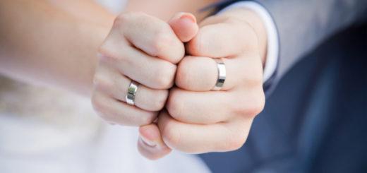 Обручальные кольца на пальцах рук